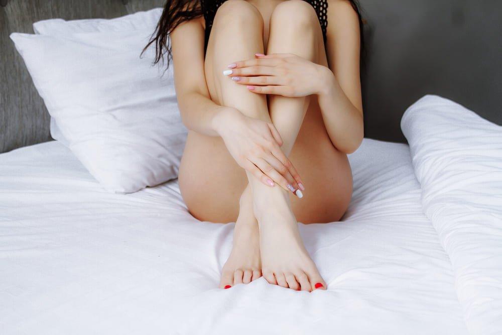 Donna che si gode le proprie gambe lisce per sempre grazie al metodo di epilazione permanente EpilAmbra