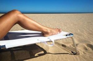 Gambe di una donna che si gode l'estate libera dal tormento dei peli superflui grazie al metodo EpilAmbra