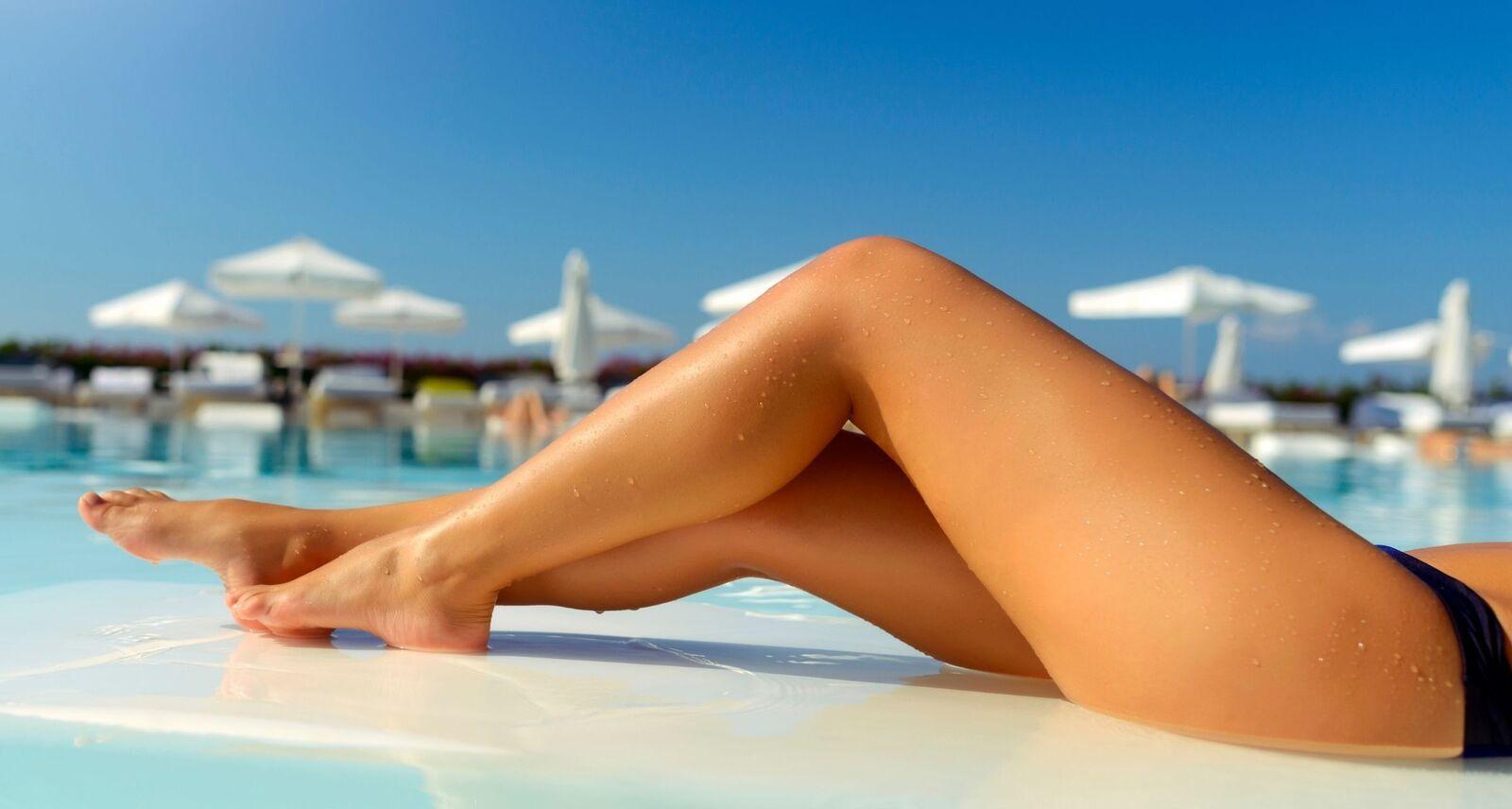 Gambe di una donna che si gode l'estate libera dal pensiero dei peli superflui e della follicolite grazie all'epilazione permanente