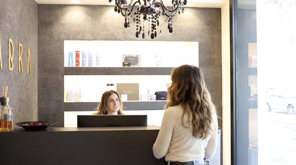 EpilAmbra accoglie una cliente nel proprio istituto all'avanguardia per la rimozione permanente dei peli superflui